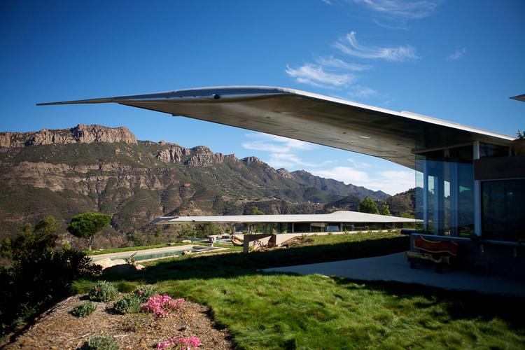 Le ali dell'aereo sono state utilizzate per il tetto della casa / Wing House. David Hertz EAIA