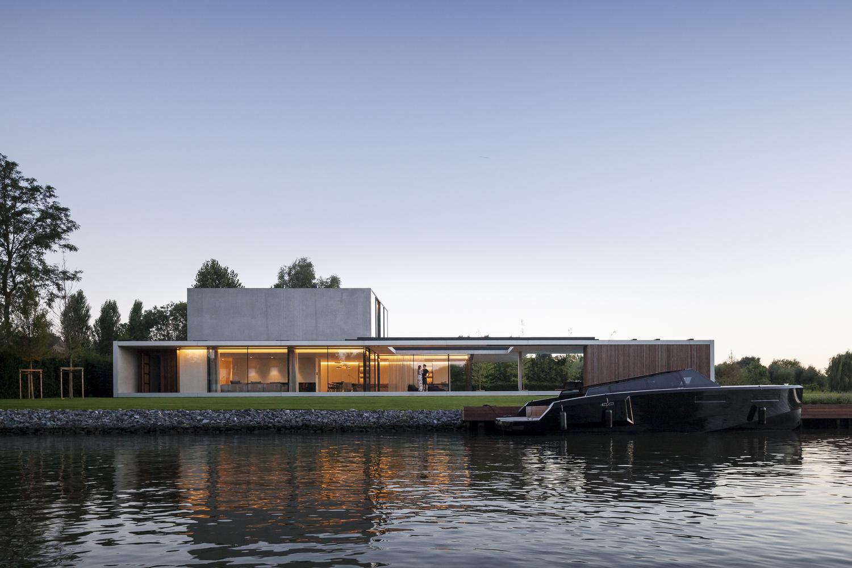 L'immobile si trova a Sint-Martens-Latem è una piccola cittadina residenziale nelle vicinanze della città belga di Gand / Govaert & Vanhoutte Architects