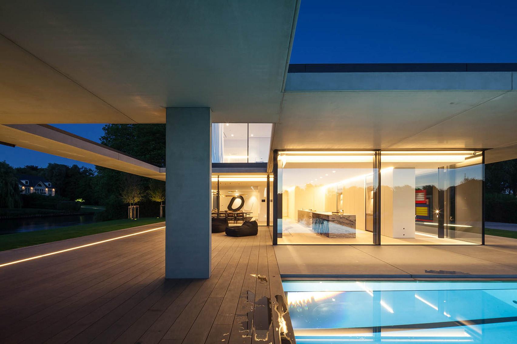 La proprietà comprende un molo per yacht e una discoteca / Govaert & Vanhoutte Architects