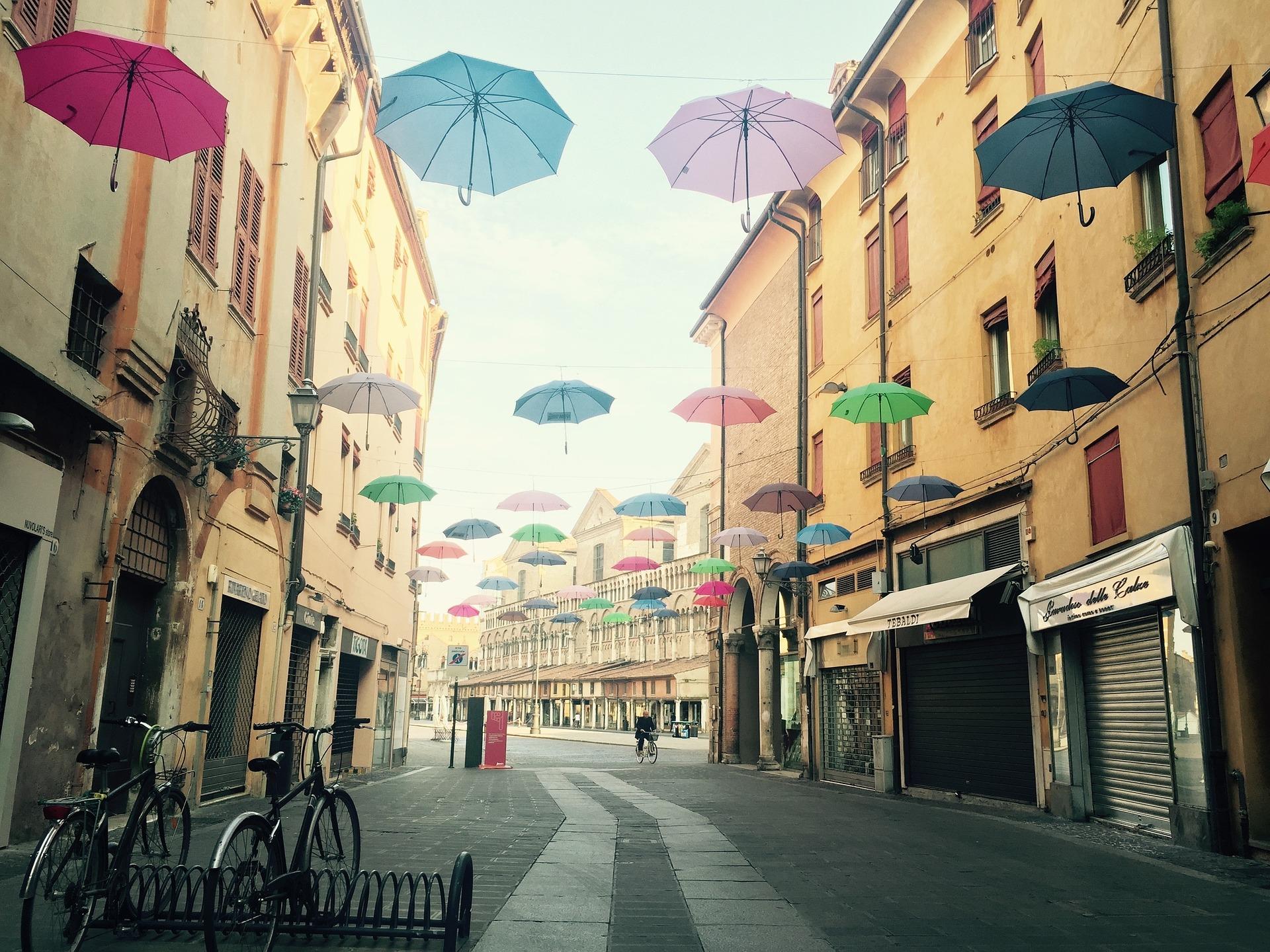 In sella ad una bici per visitare le città italiane