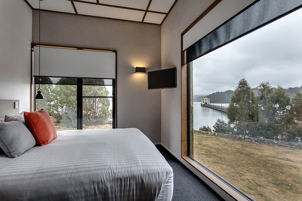 L'hotel si trova in mezzo al lago St Clair, in Tasmania / Pumphouse Hotel