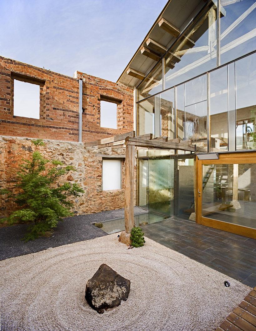 La casa è nata da un fienile in rovina / Jesús Castillo Oli