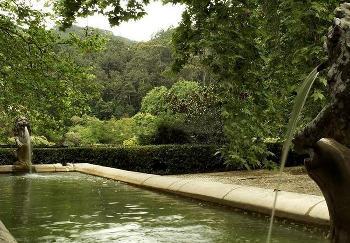 E' impreziosita da una piscina, un campo da tennis, una cappella, stalle, vigneti e una cantina / Creative commons