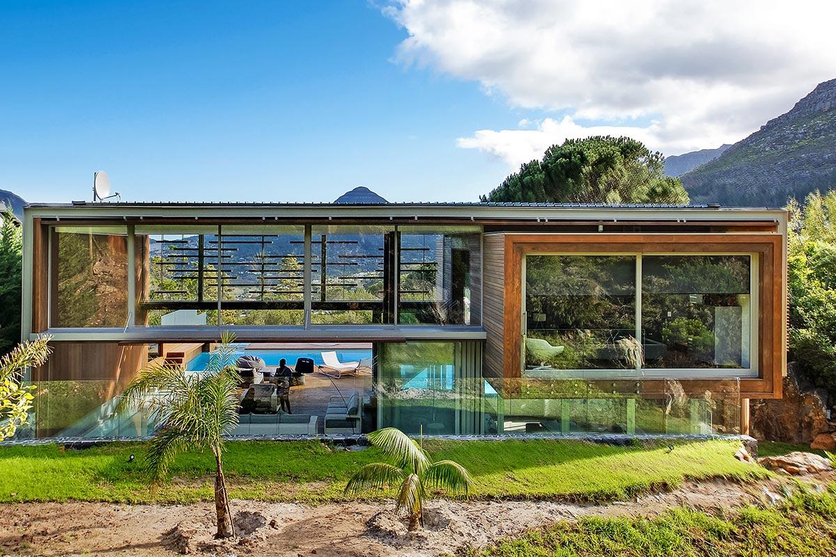 La casa è stata costruita nel 2011 dallo studio di architettura Metropolis Design / Luxury Retreats