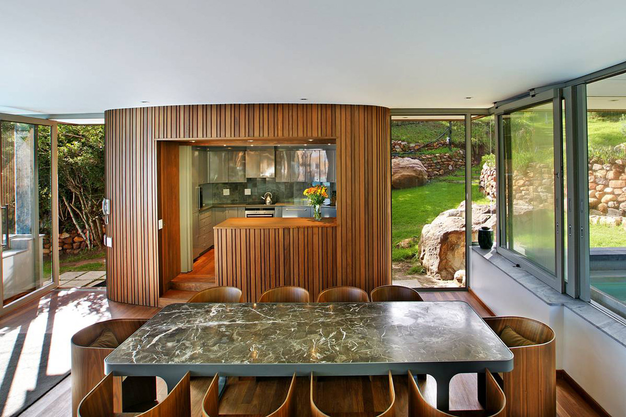 """Tutte le pareti della """"Spa House"""" sono realizzate in vetro per godere della splendida vista / Luxury Retreats"""