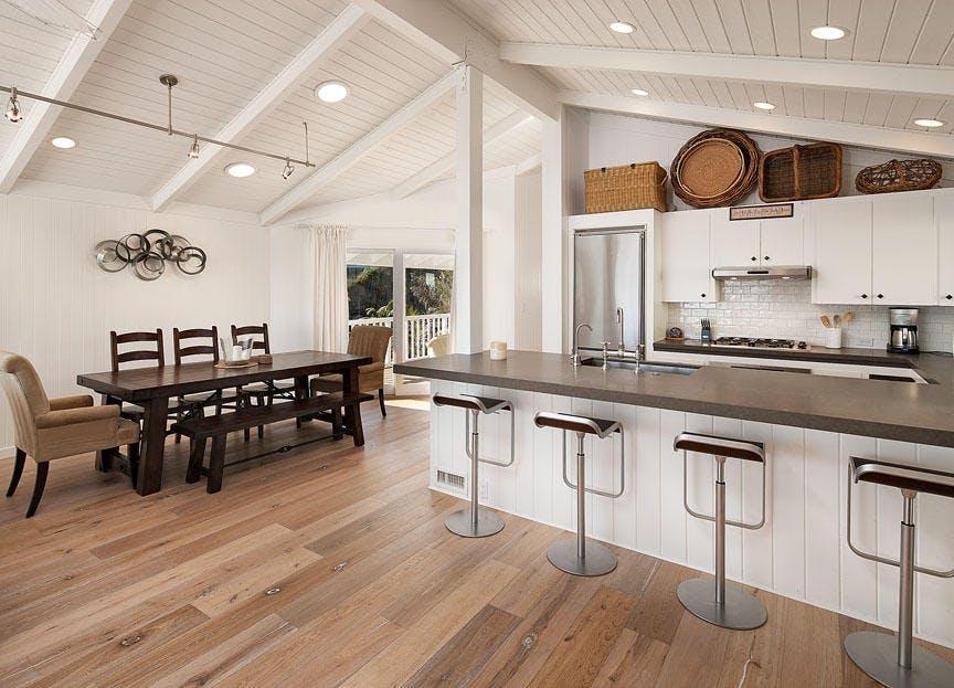 E' una casa di legno con una vista spettacolare sulla spiaggia / via Compass