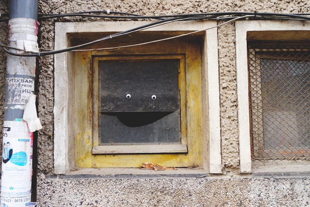 L'obiettivo è combattere la monotonia umanizzando l'arredo urbano e suscitare un sorriso tra gli abitanti delle / Eyebombing Bulgaria