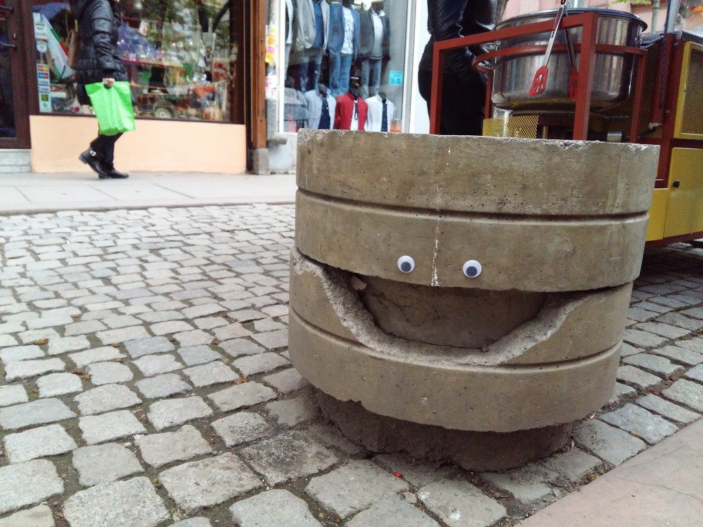 Un'alternativa (economica) alla sostituzione dell'arredo urbano ormai obsoleto / Eyebombing Bulgaria