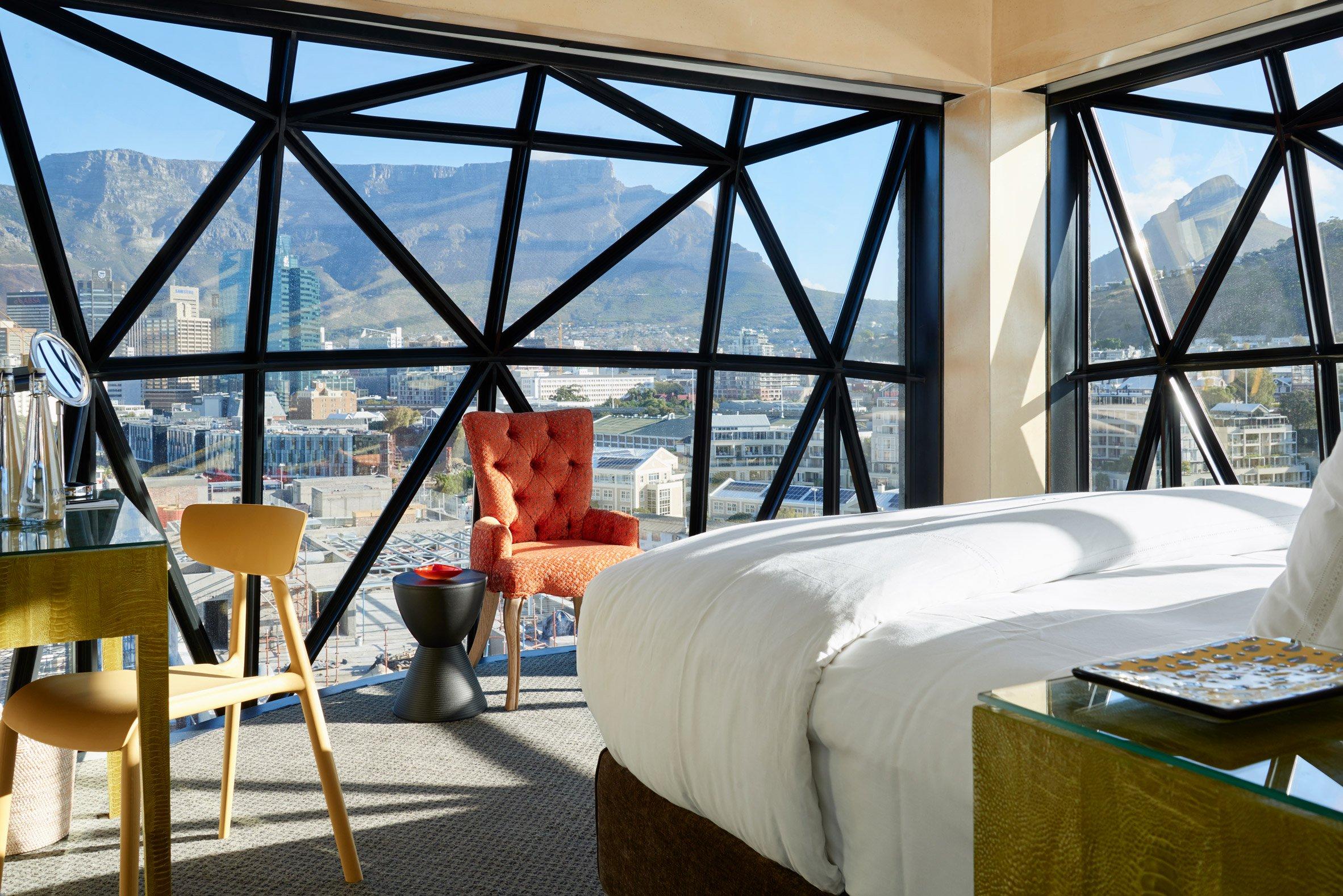 Le particolari finestre dell'hotel / The Royal Portfolio hotel