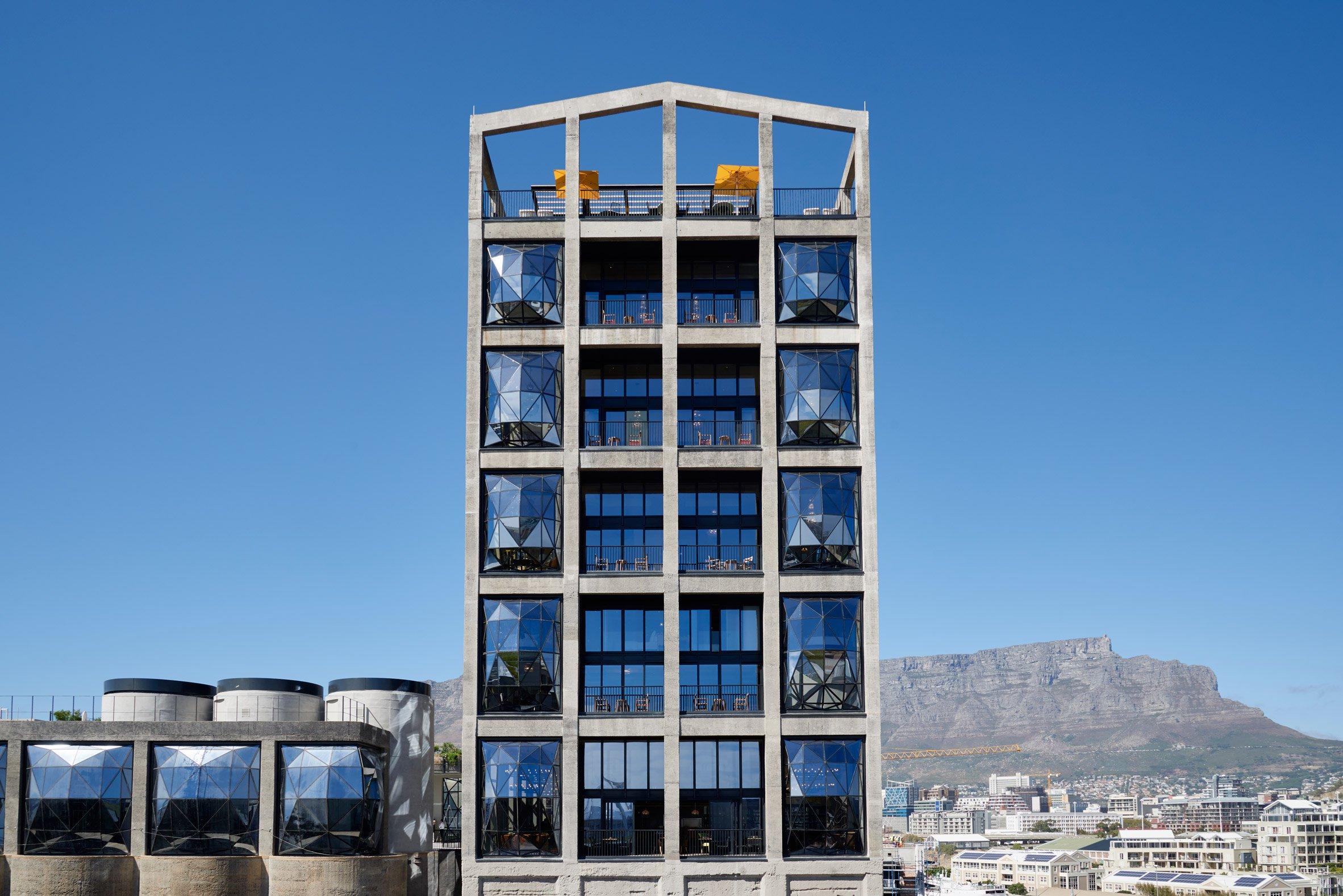 L'hotel gode di una vista mozzafiato sulla The Table Mountain e sull'isola di Robben / The Royal Portfolio hotel