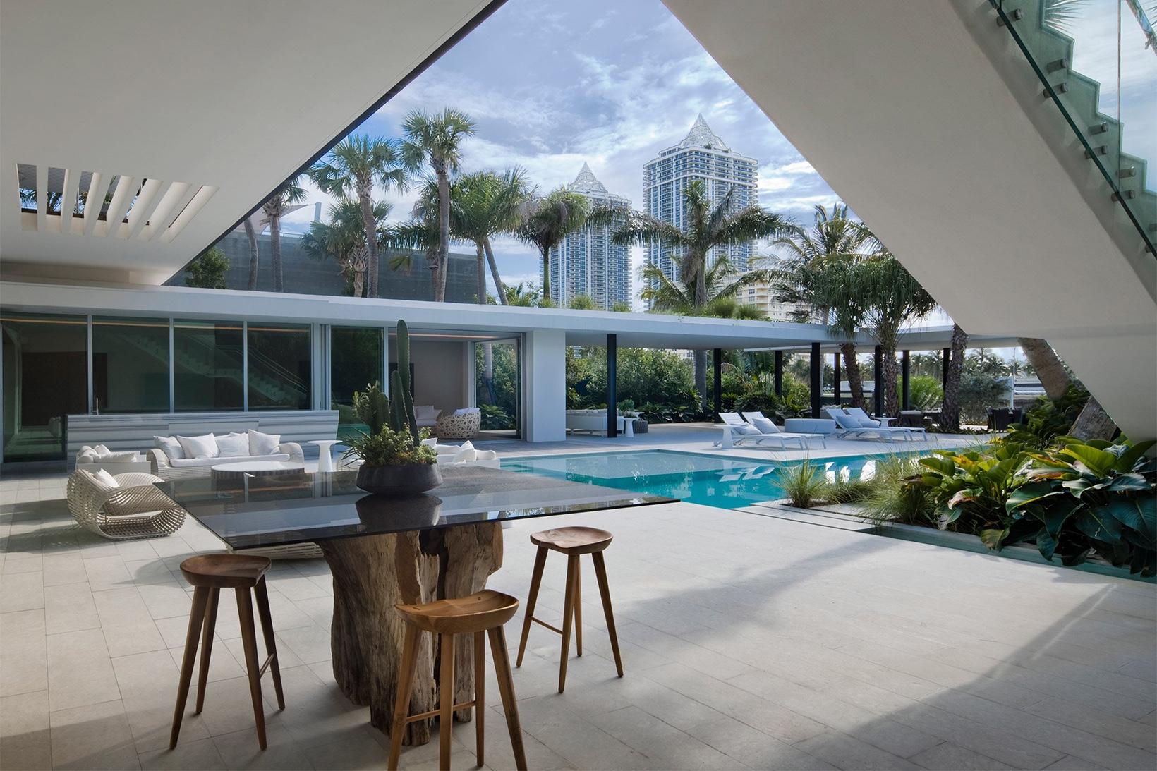 L'immobile è stato progettato intorno a una spettacolare piscina / SAOTA