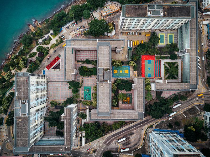 Edifici alti e stretti popolano la città / AndyYeung