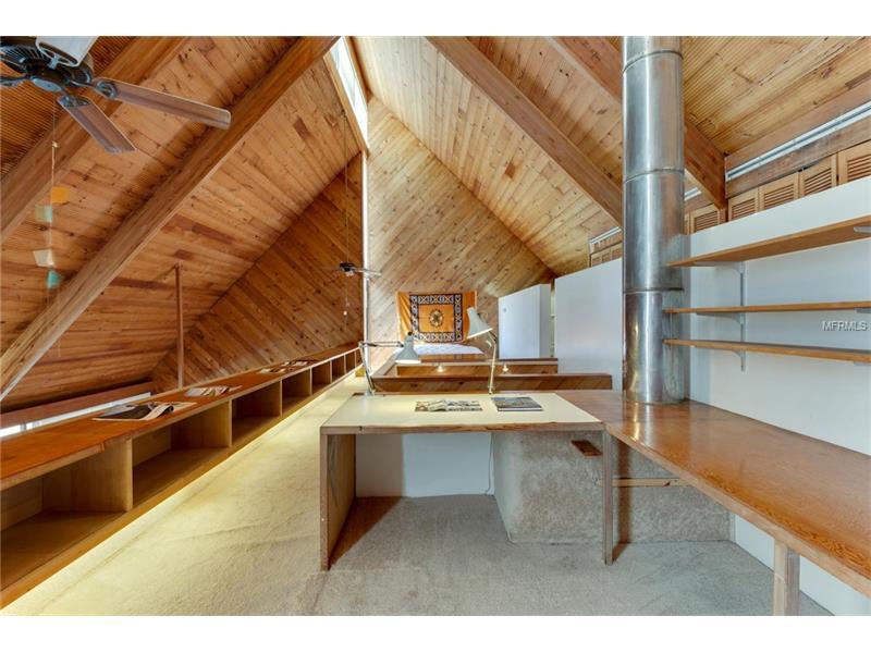 Un piano ospita un salone, una sala da pranzo e una cucina a vista / Modern Sarasota