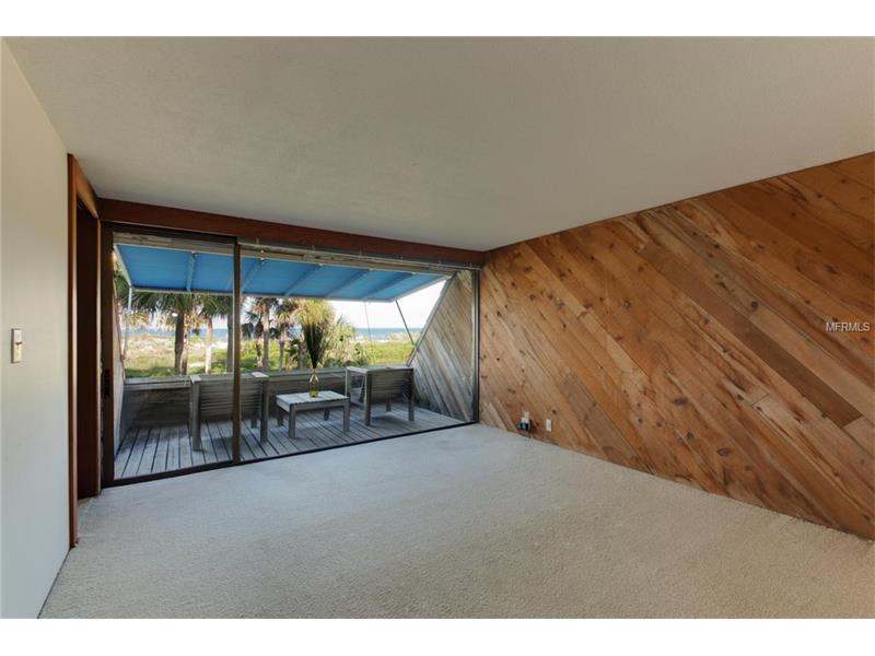 Gli altri piani ospitano le camere da letto e un portico privato sulla strada che conduce alla spiaggia / Modern Sarasota