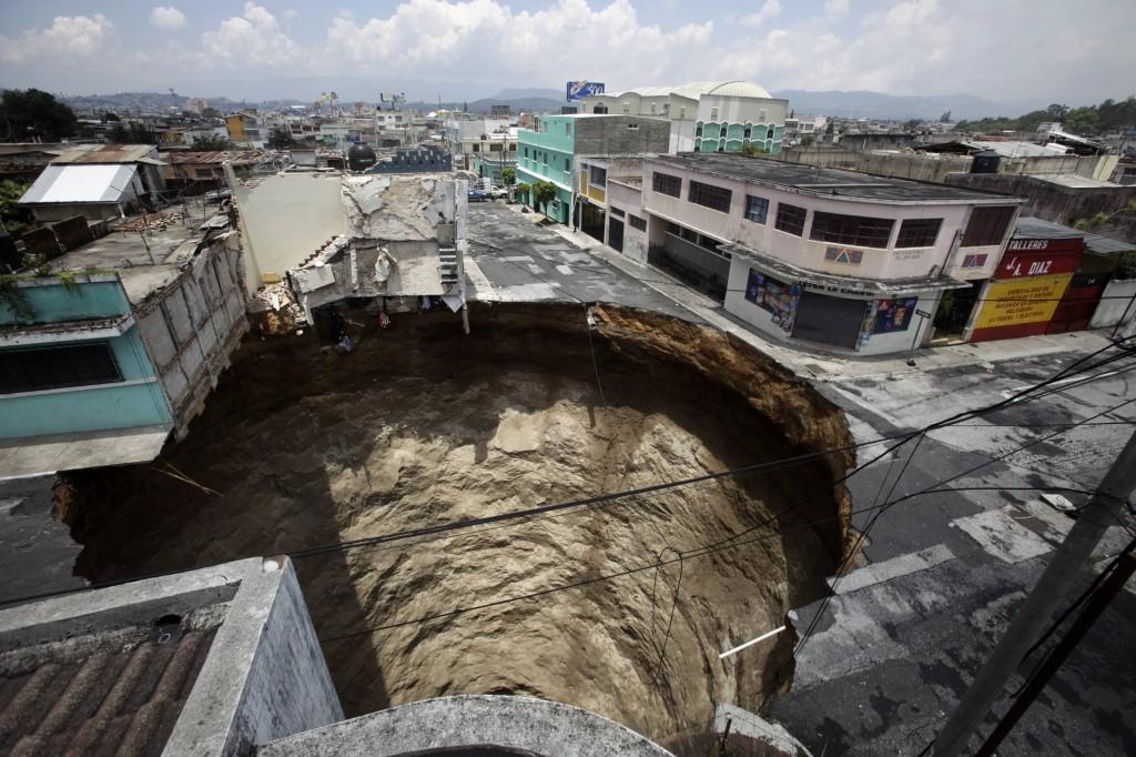 Cratere nella città di Guatemala dopo una tempesta tropicale / Daniel Leclair/Reuters