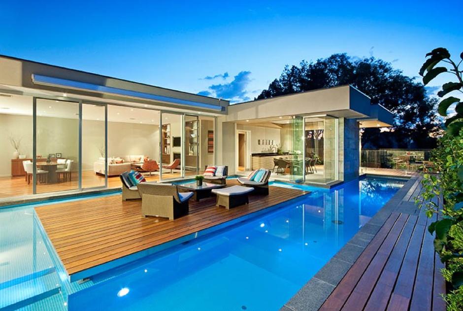 Il salone di casa in mezzo alla piscina