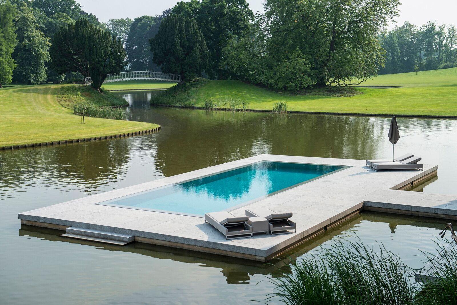 La piscina all'aperto del castello belga