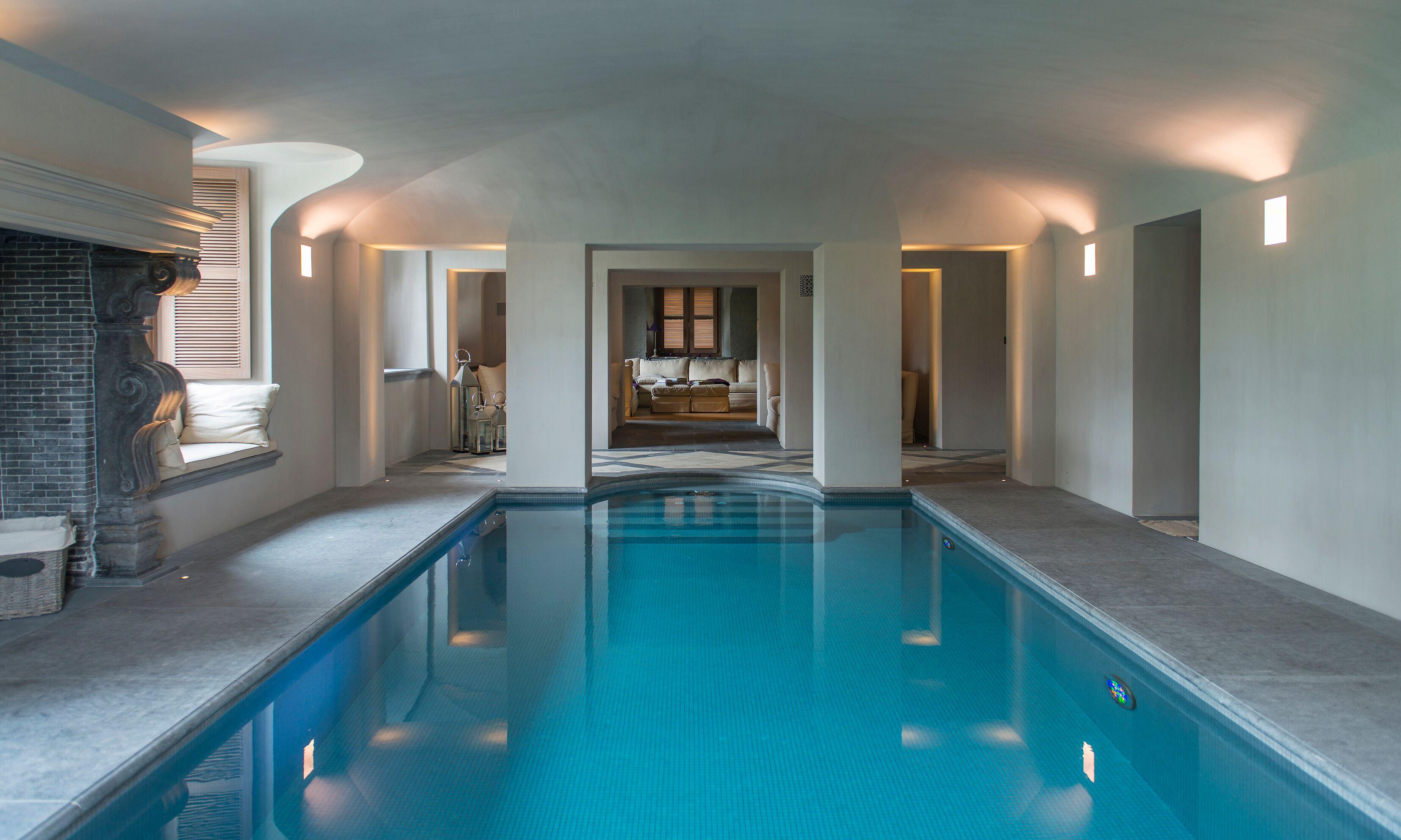 La piscina interna con zona relax