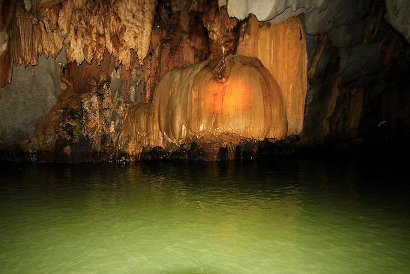 L'isola è caratterizzata da imponenti montagne, grotte e acque turchesi / Creative commons