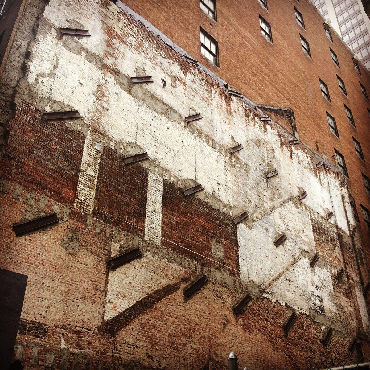 """Le sue fotografie mostrano le """"ombre"""" degli edifici demoliti rimaste sulle pareti degli edifici adiacenti / Luke J. Spencer"""