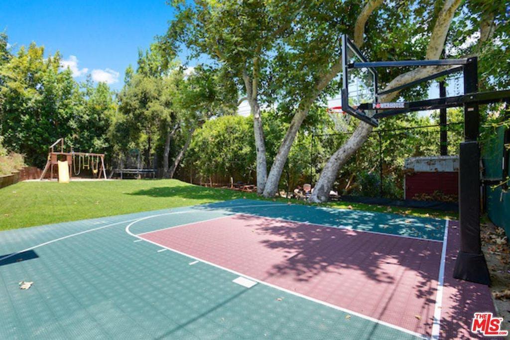 Il campo da basket / Rodeo Realty