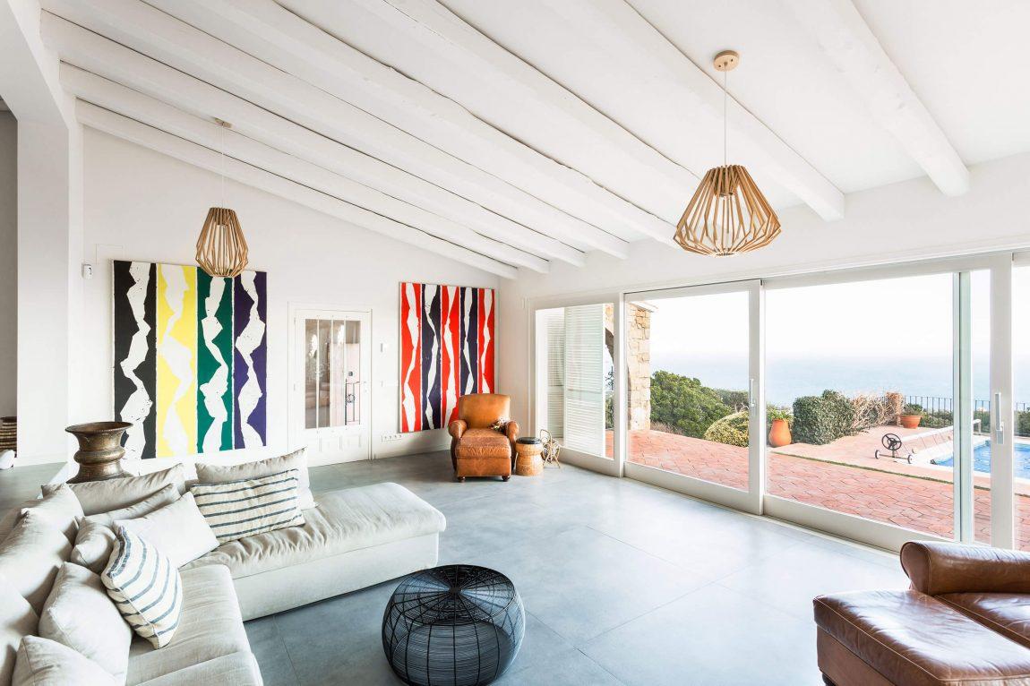 La villa si contraddistingue per la perfetta combinazione tra minimalismo e arredamento industriale / Homedsgn