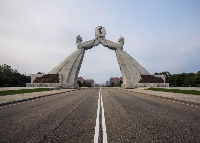 L'architettura nordcoreana si basa non solo sull'influenza comunista, ma anche sulle sue costruzioni ancestrali / Raphael Olivier