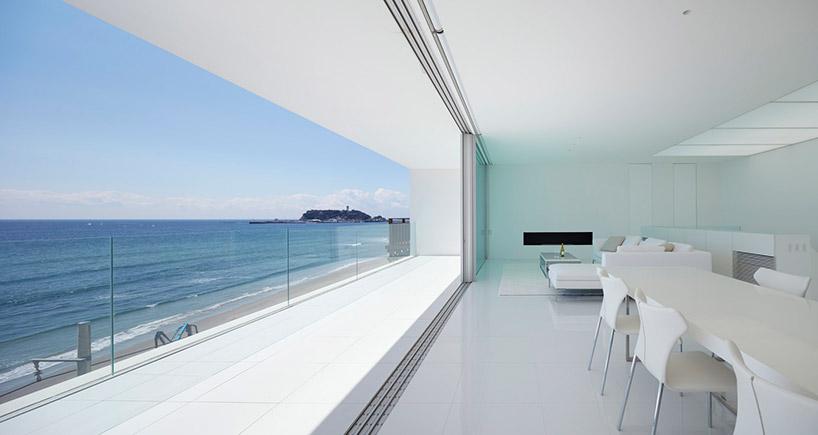 Una casa che soddisfa i sogni di chi ama i grandi spazi, il design minimalista, la vista spettacolare sul mare e una piscina / Shinichi ogawa & associates