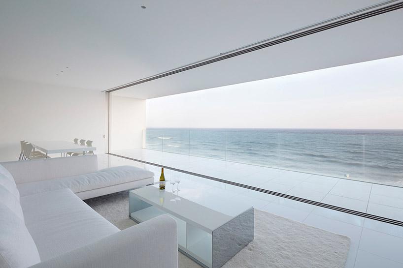 Grandi finestre che si affacciano sull'Oceano Pacifico / Shinichi ogawa & associates