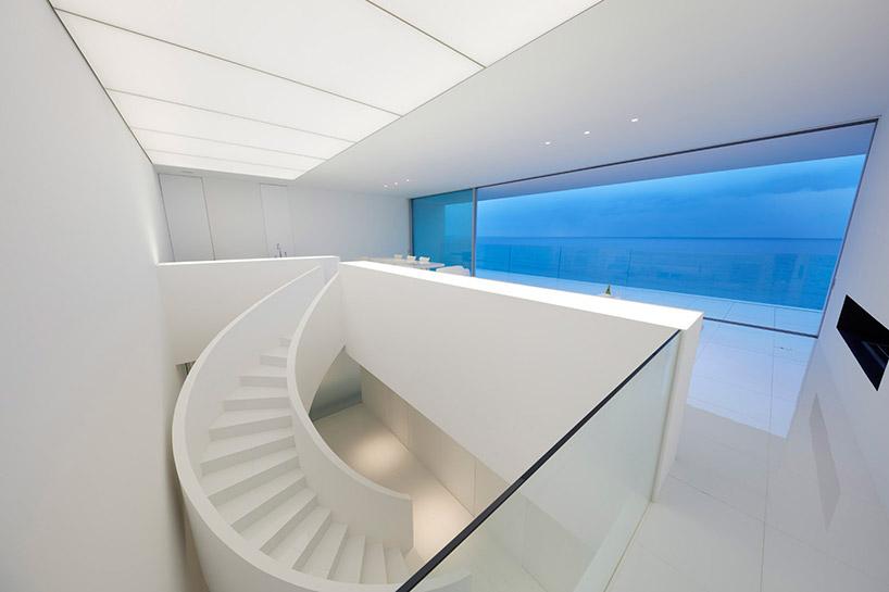 Altra caratteristica della casa è la sua grande scala a chiocciola / Shinichi ogawa & associates
