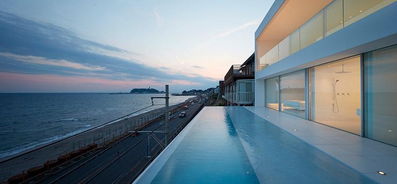 Ma a primeggiare è la piscina con vista verso l'infinito / Shinichi ogawa & associates