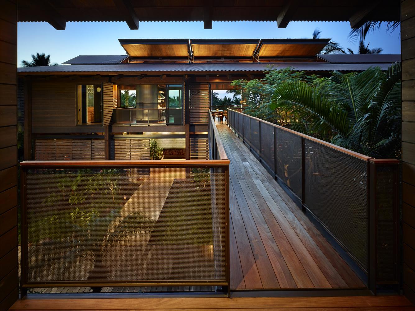 Il piano terra è dedicato al soggiorno, alla sala da pranzo e alla cucina / Benjamin Benschneider