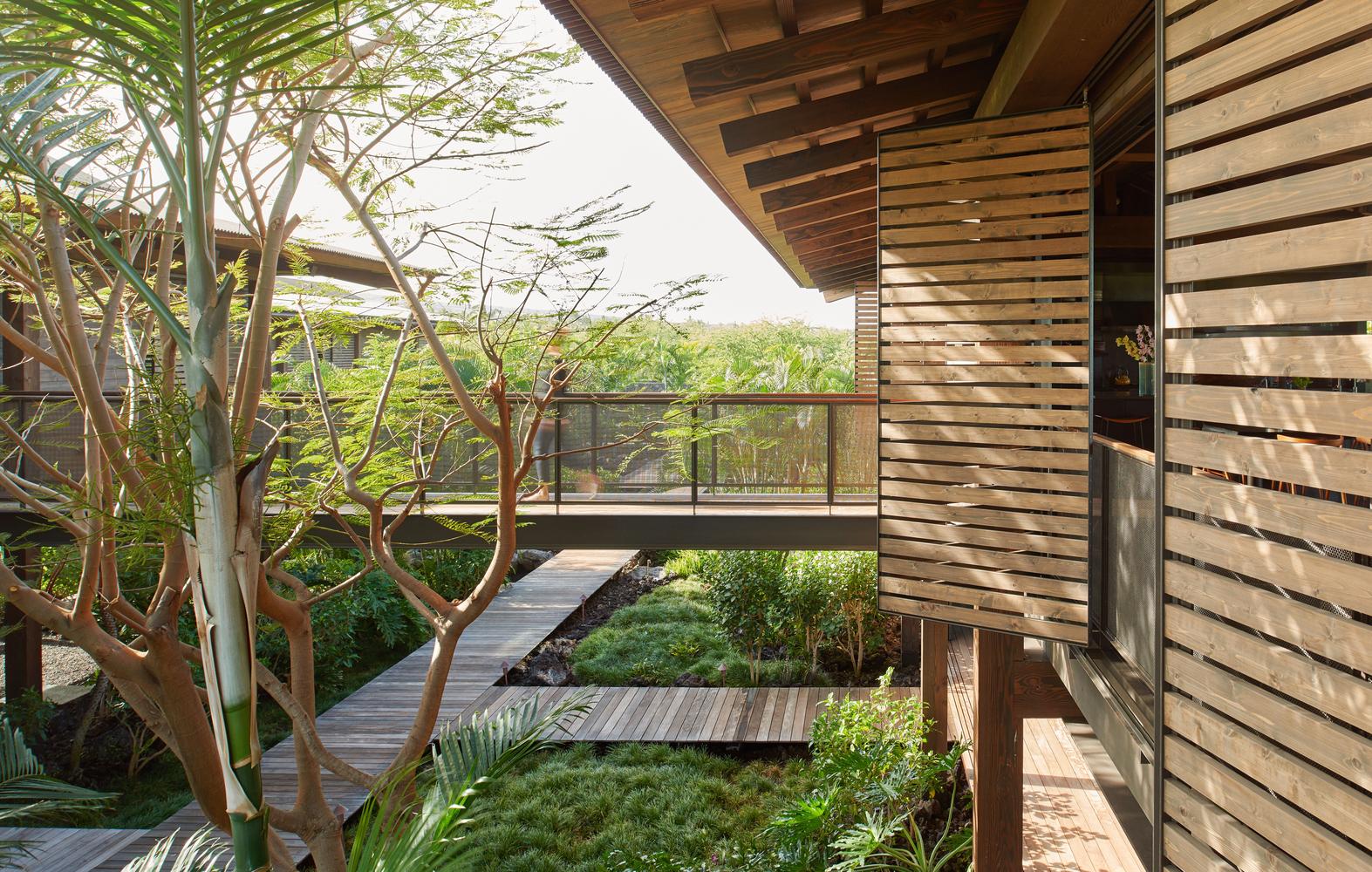 All'esterno si trova un ampio giardino con piscina e lounge bar  / Benjamin Benschneider