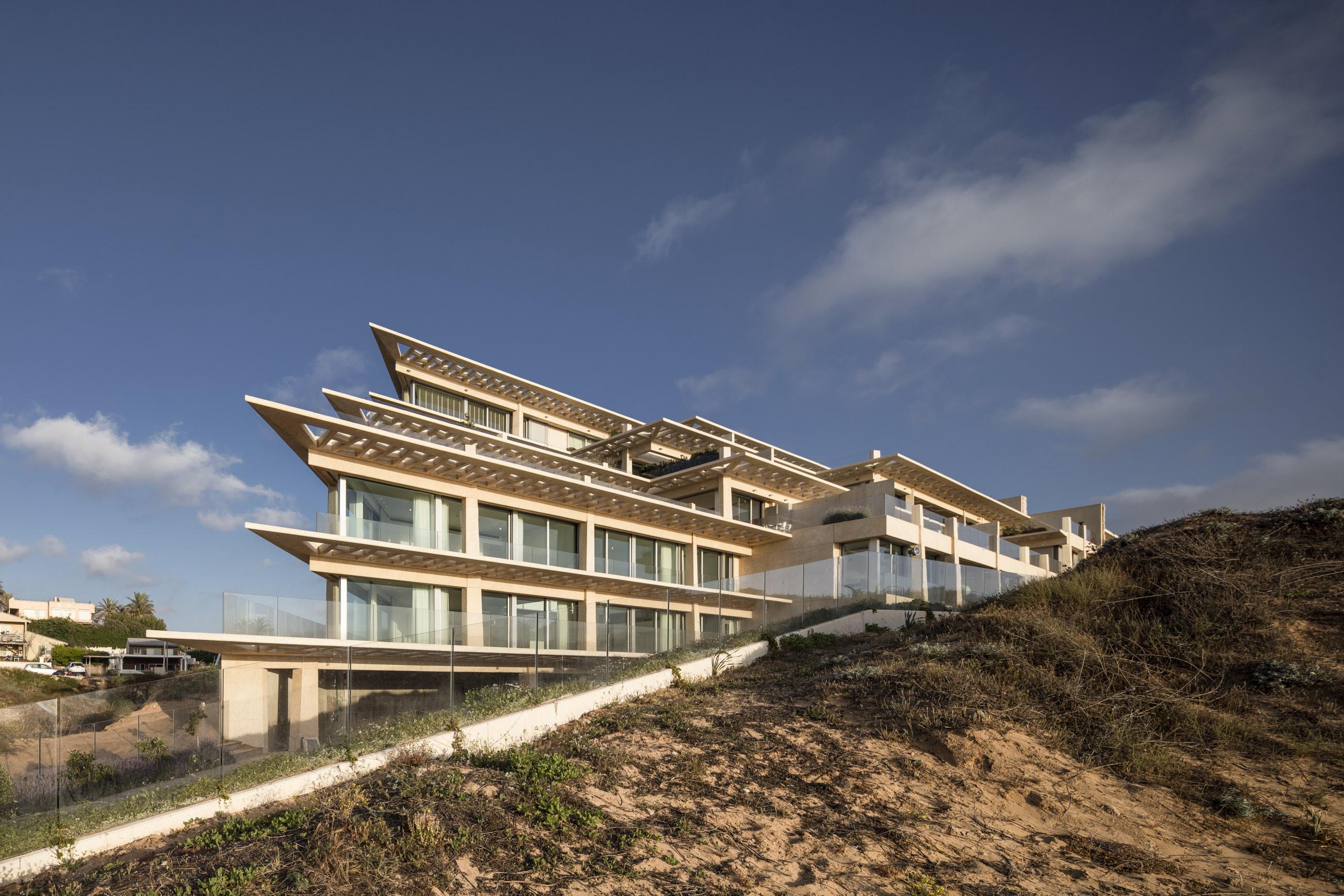 Il complesso residenziale si trova ad Arsuf, antica città e fortezza situata a nord di Tel Aviv (Israele). / Gottesman-Szmelcman Architecture