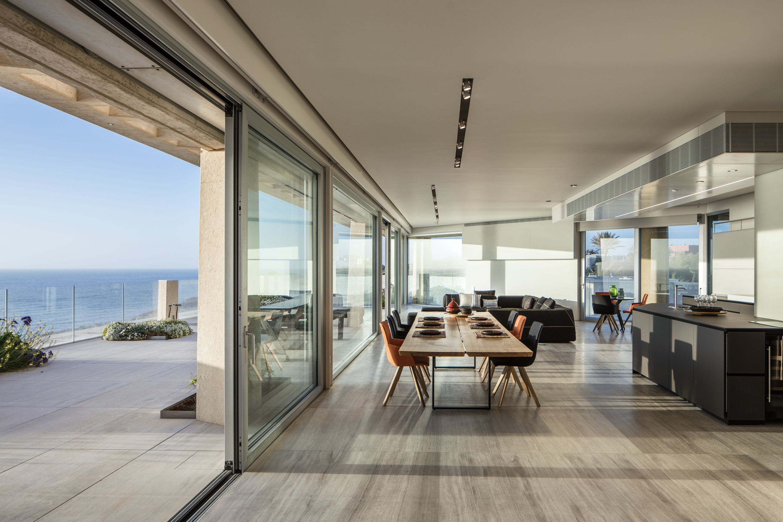 Le ville sono impreziosite da terrazze e vista incredibile sul Mar Mediterraneo / Gottesman-Szmelcman Architecture
