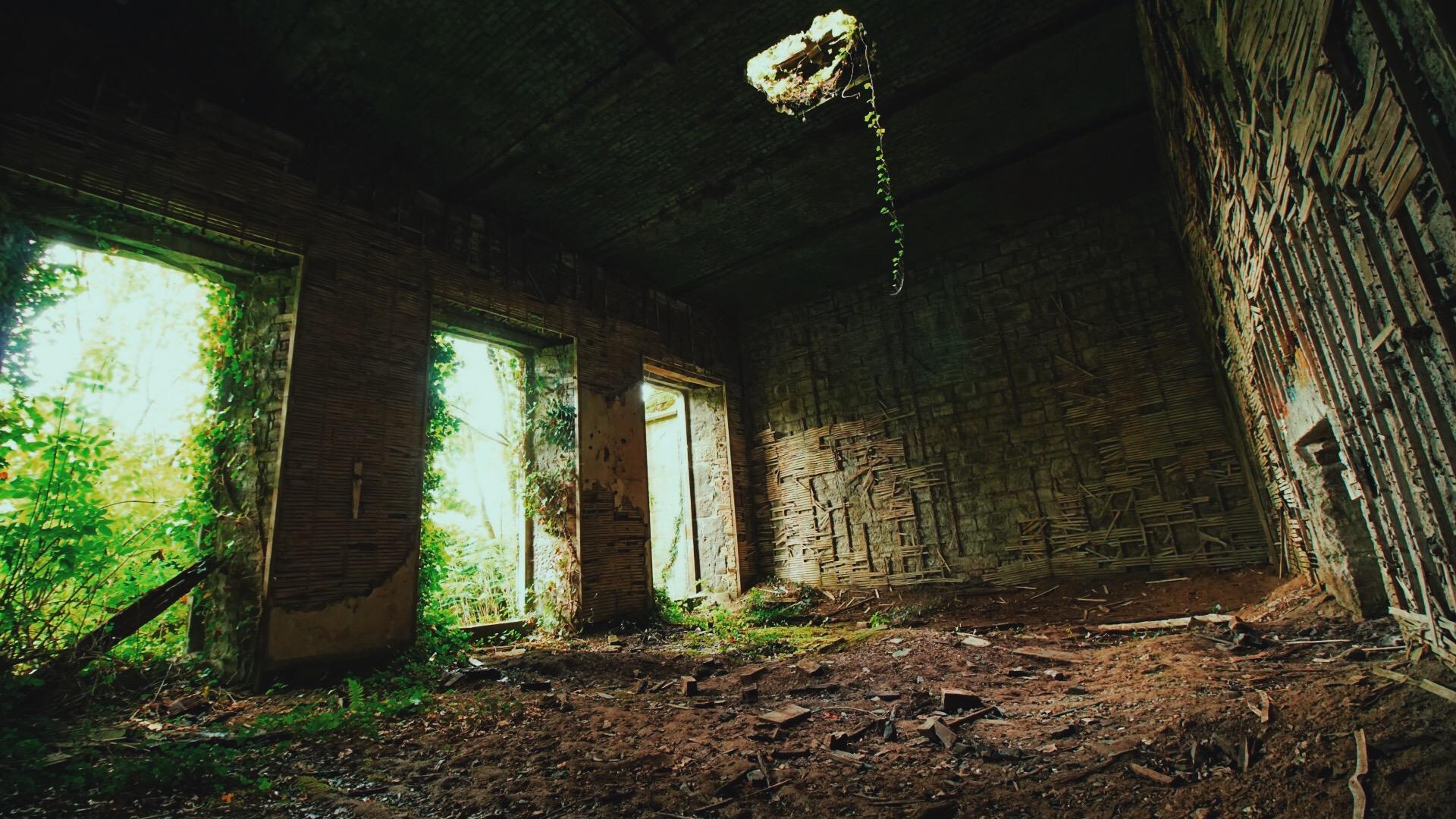 Si tratta di un complesso abbandonato e semidistrutto / Messy Nessy Chic