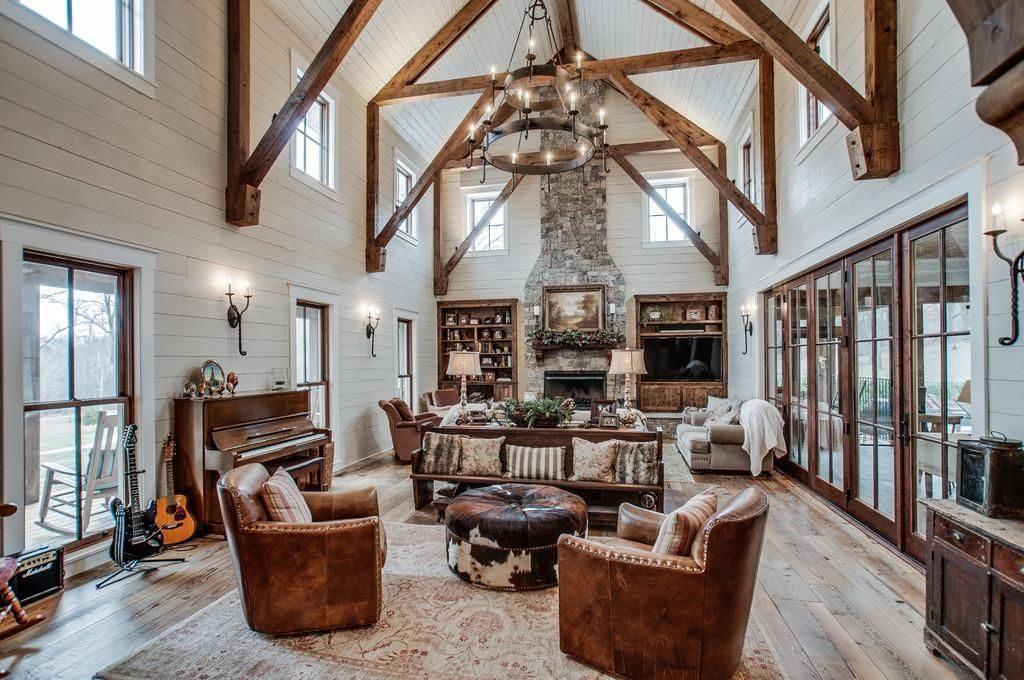 Ha pavimenti in legno, travi in legno, camini in pietra, mattoni rossi, ampio porticato, giardino / Zillow