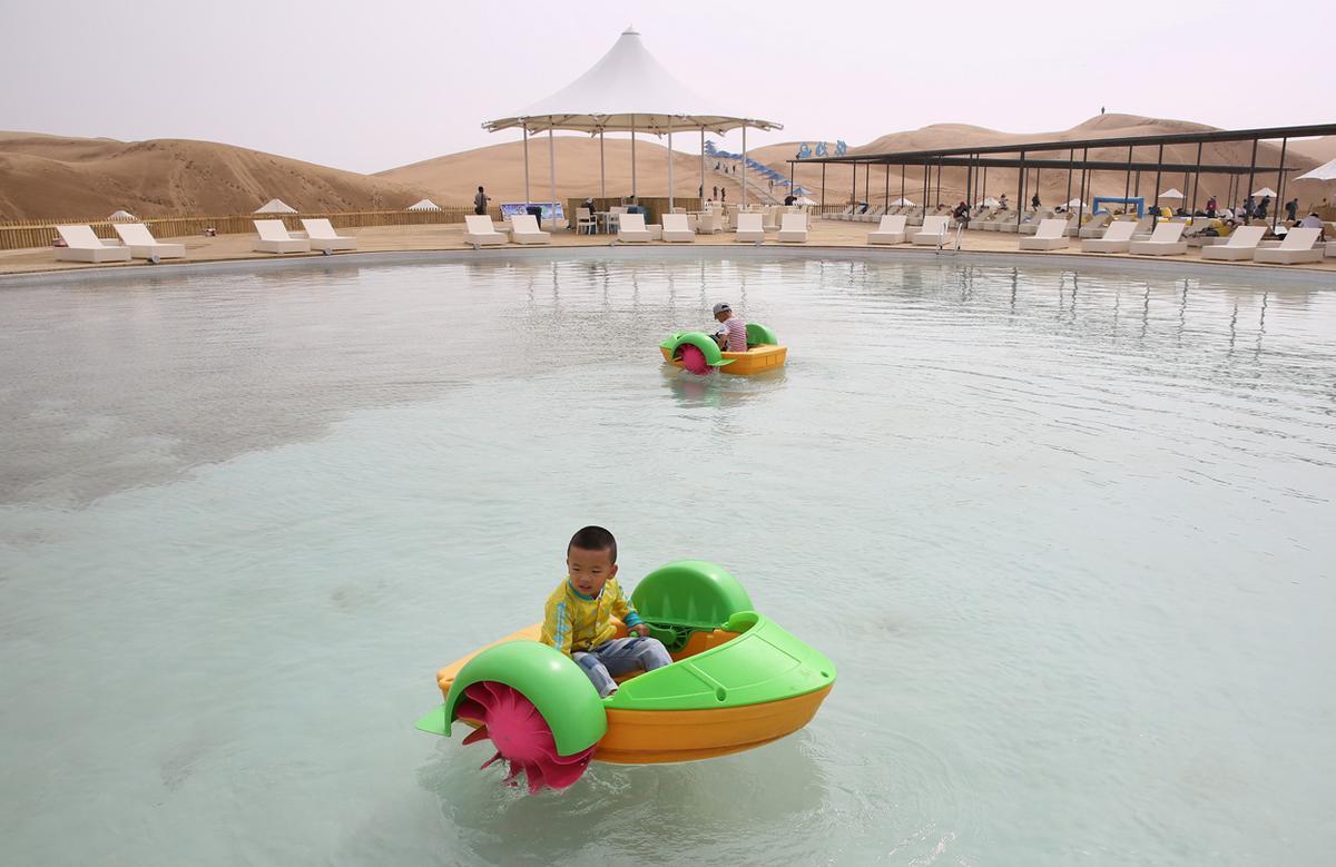 Tra le attività proposte ci sono la piscina nel bel mezzo del deserto e le escursioni in cammello / PLaT Architects