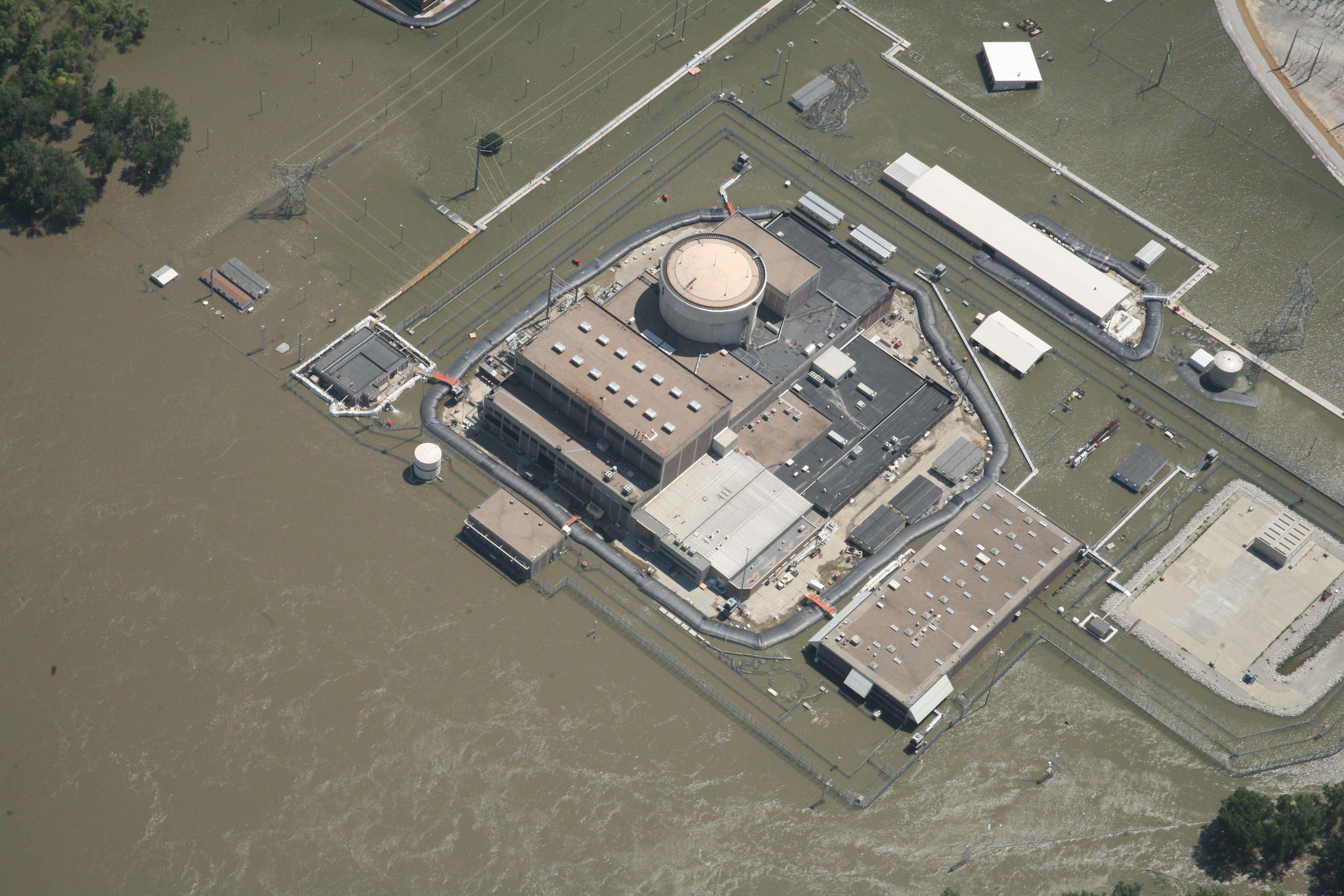 L'Aqua Dam è costituito da un sacchetto di gomma, alcune pompe che riempiono l'interno con acqua e creano un bacino flessibile / Aquadam Inc.