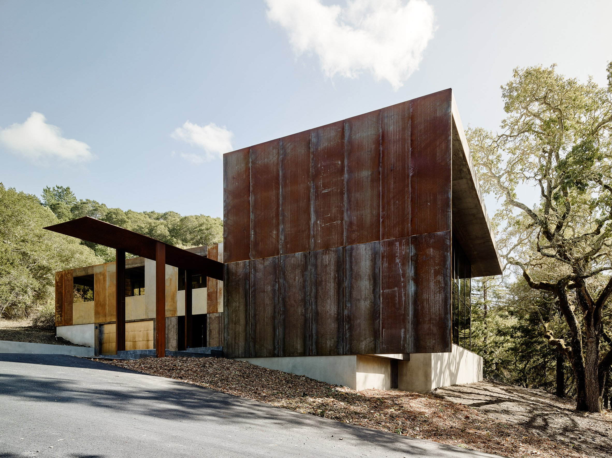 Gli architetti hanno mescolato il legno tradizionale con l'acciaio Corten, un tipo di acciaio resistente alle intemperie / Joe Fletcher Photography