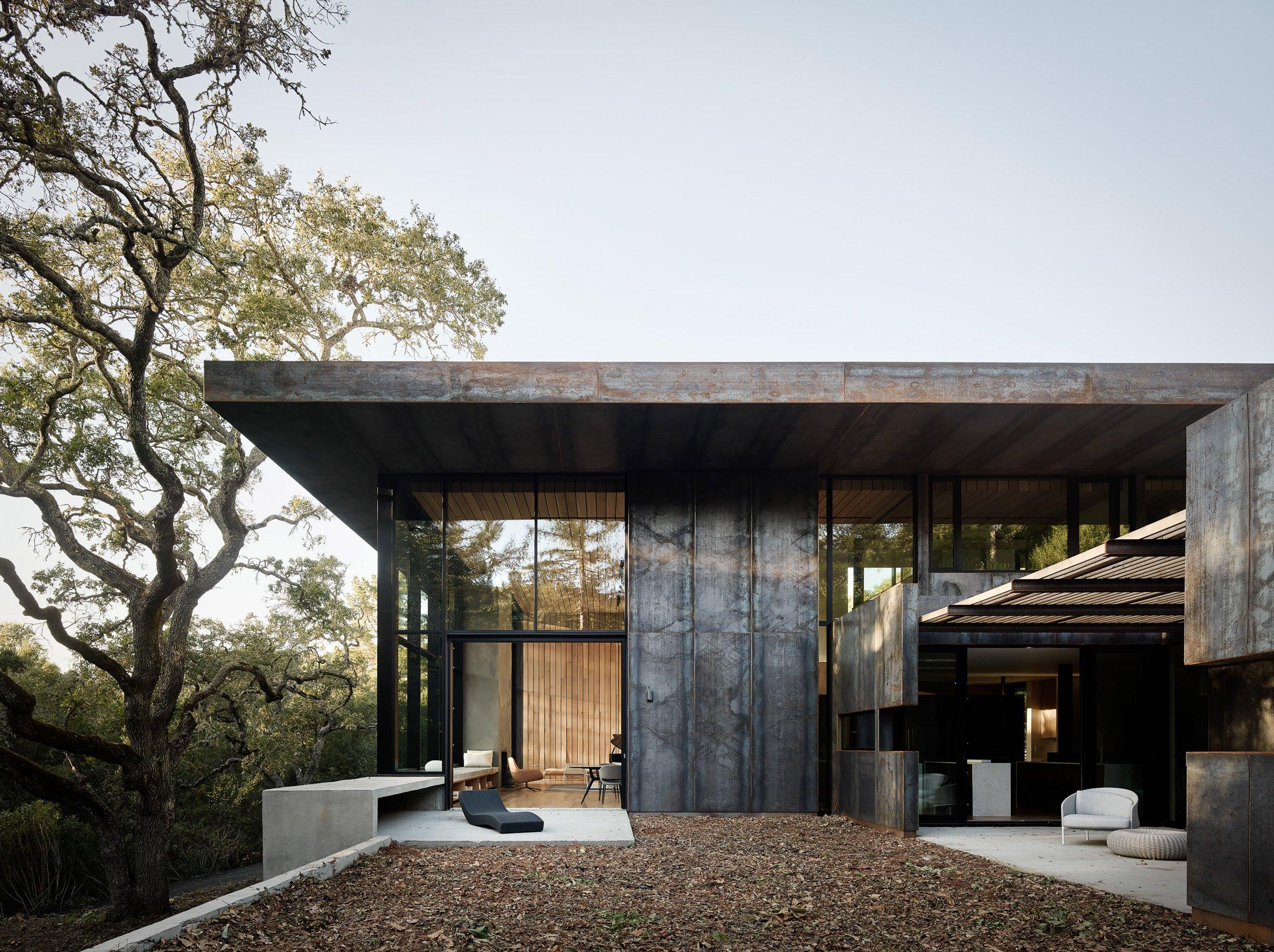 La casa è caratterizzata da soffitti alti di 3 metri, pannelli in acciaio e pavimenti in legno / Joe Fletcher Photography