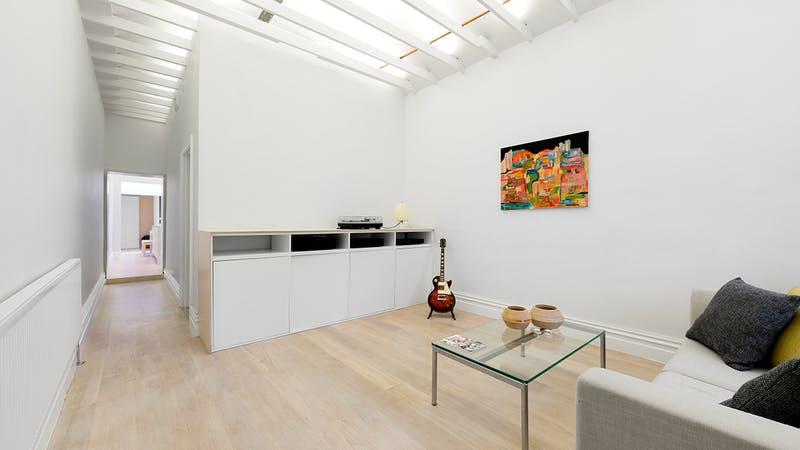 Un ampio salone con molto stile