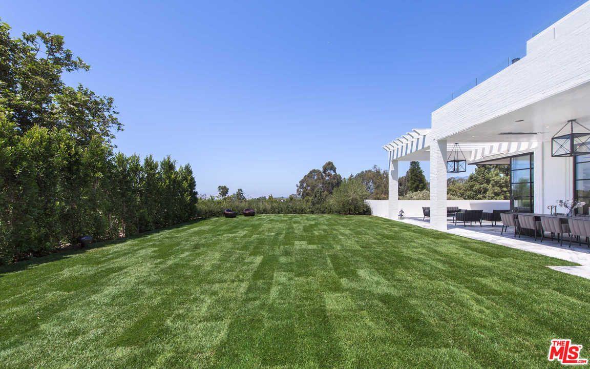 Un giardino con un campo da futbol