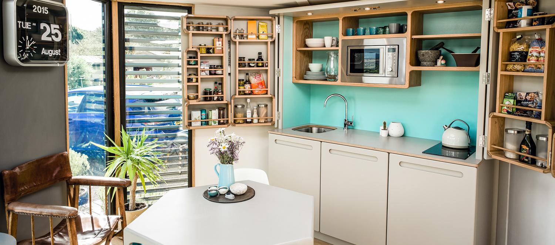 Un esempio di mini appartamento con cucina-armadio / Fuente: culshaw