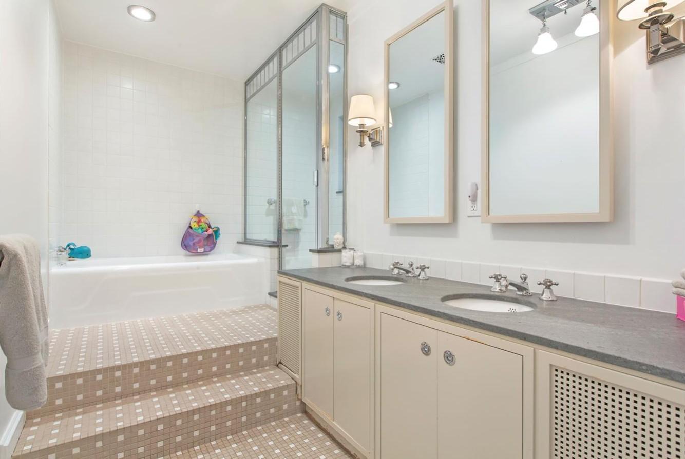 Vasca da bagno ai piedi della doccia