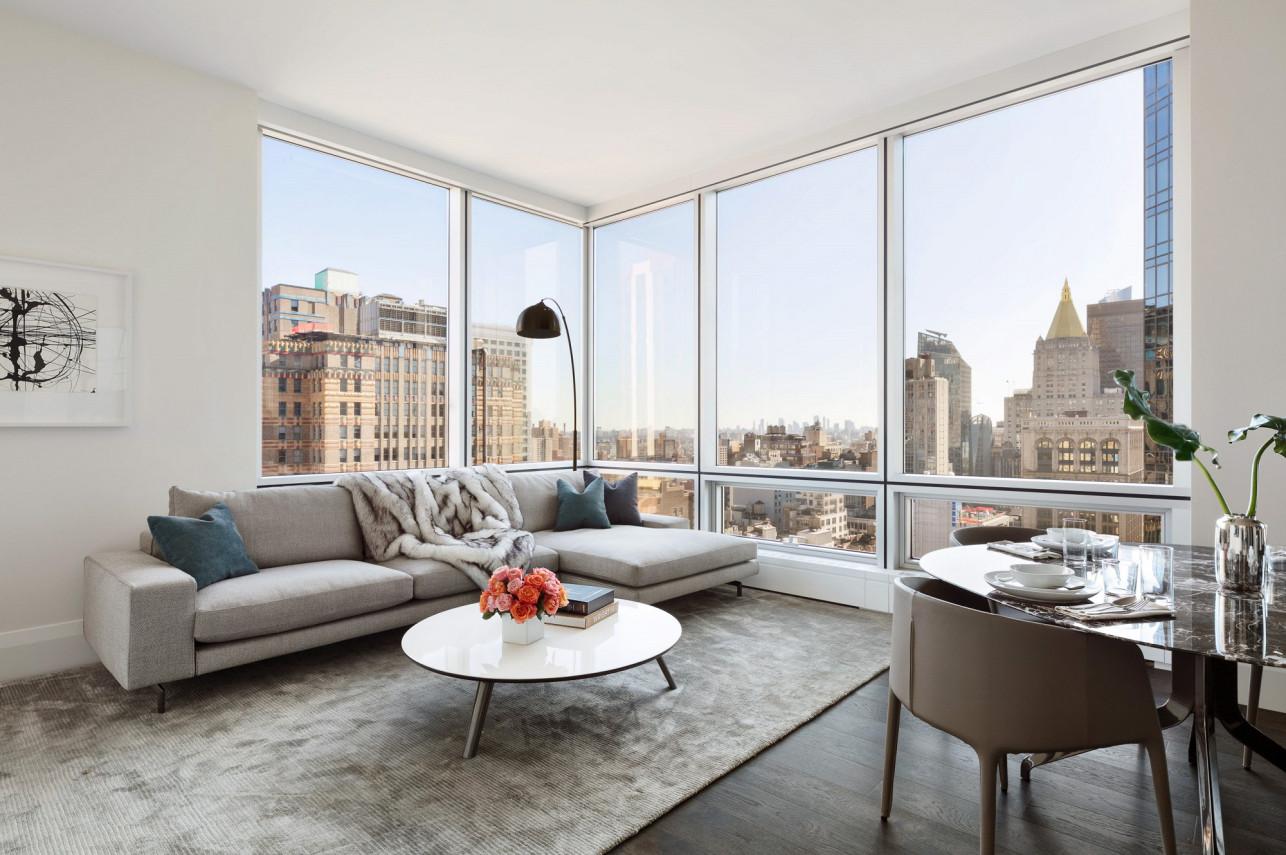 Un ampio salone con vetrate