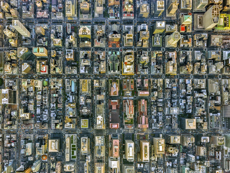 Gli edifici formano un labirinto di cemento