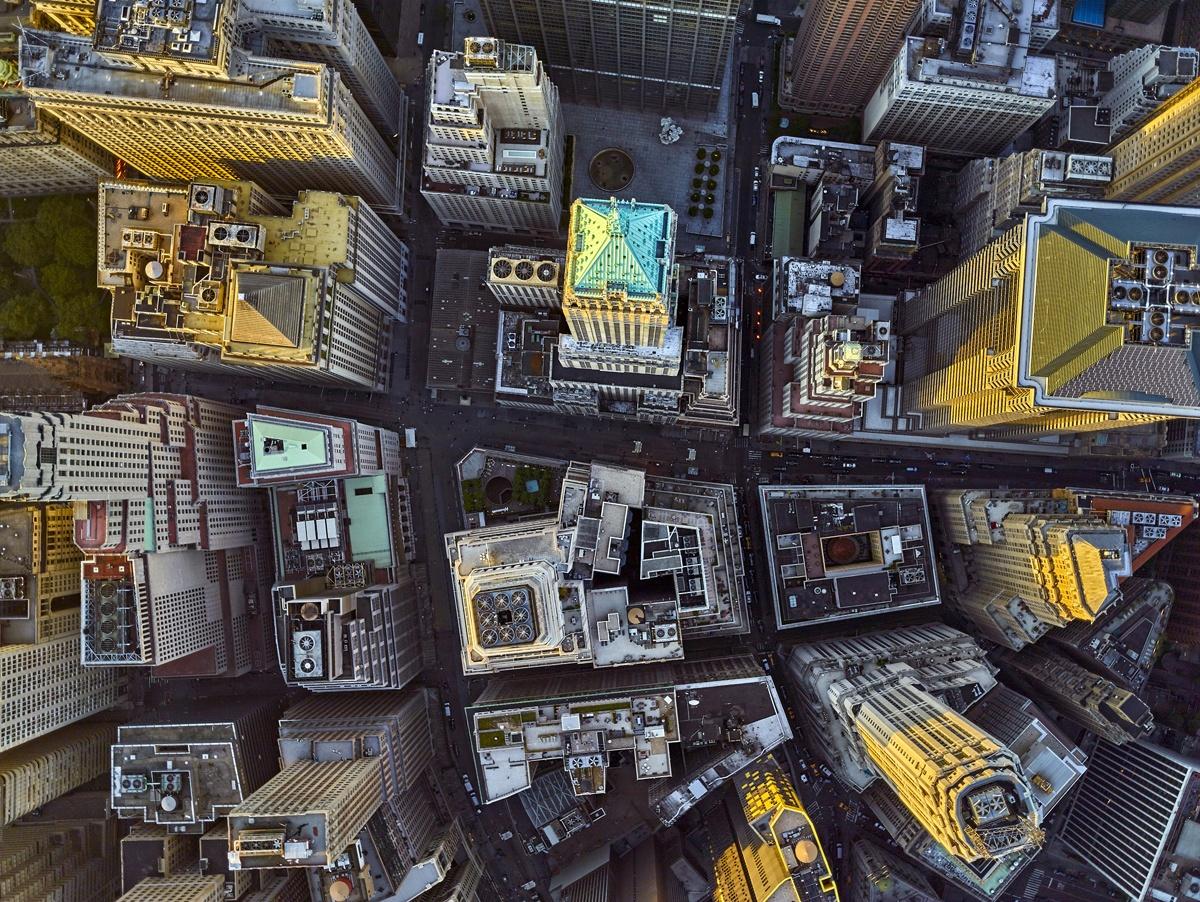 I grattacieli si alzano imponenti nella città