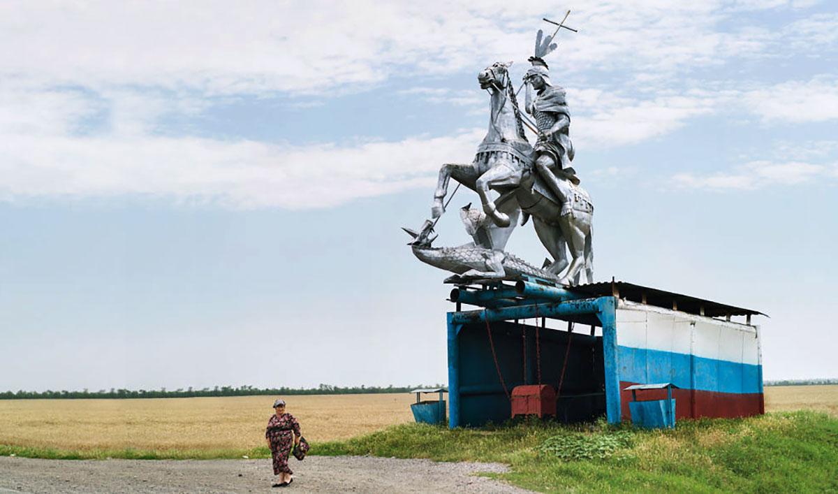 Un cavaliere cristiano si prepara a caricare un'anziana signora / Christopher Herwig