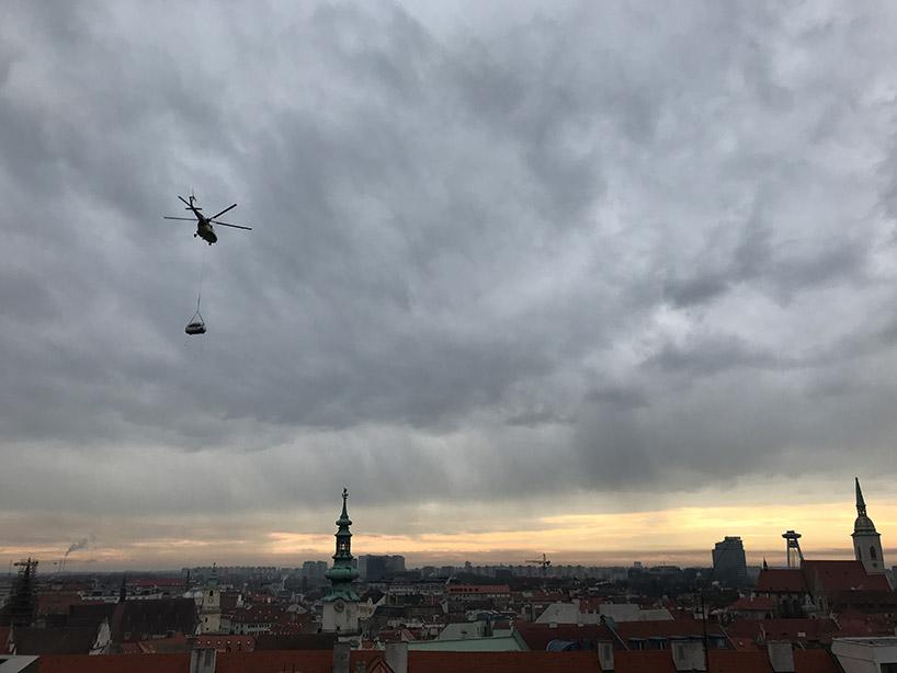 Un elicottero trasportato in una Ecocapsule